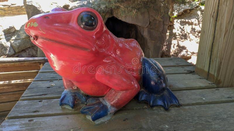 Estátua de uma rã vermelha e azul imagem de stock royalty free