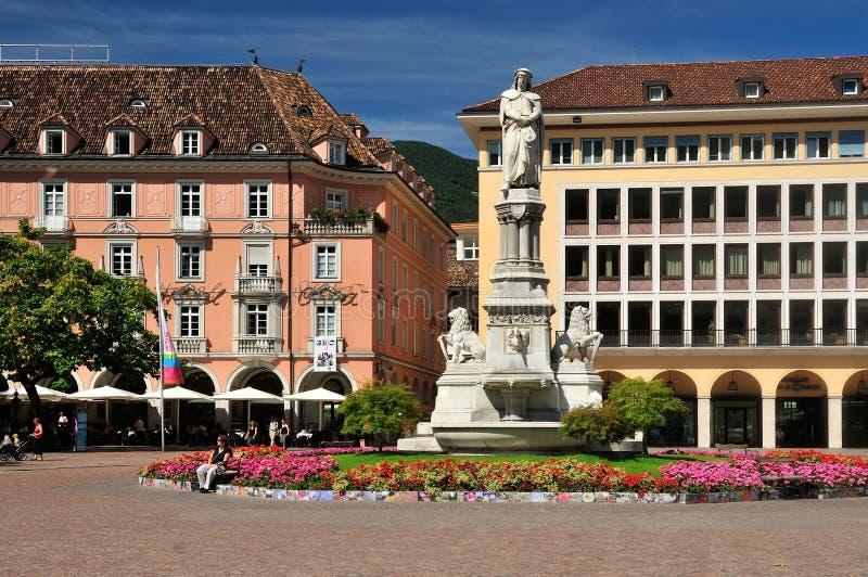 Estátua de Walther von der Vogelweide em Bolzano imagem de stock royalty free