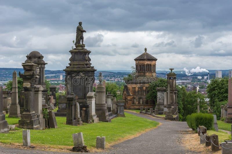 Estátua de William McGavin na parte superior t Glasgow Necropolis do monte, Scotlan imagem de stock