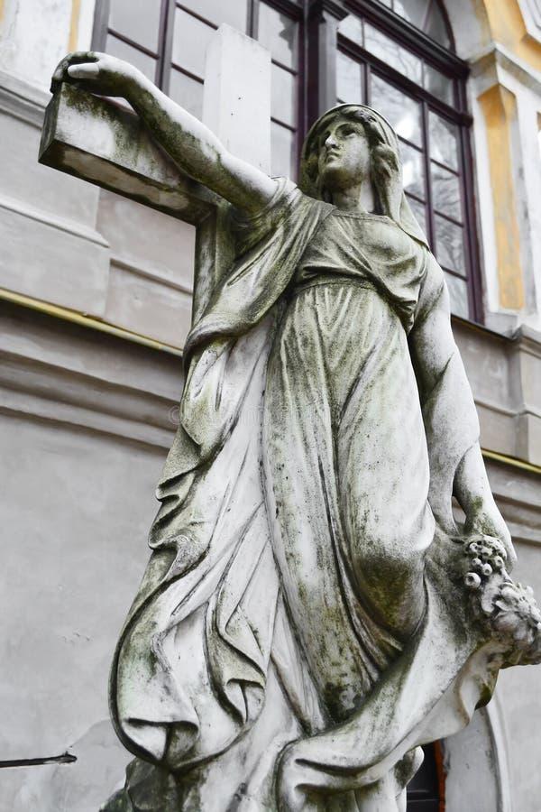A estátua decora a sepultura no cemitério de Nikolskoye fotografia de stock