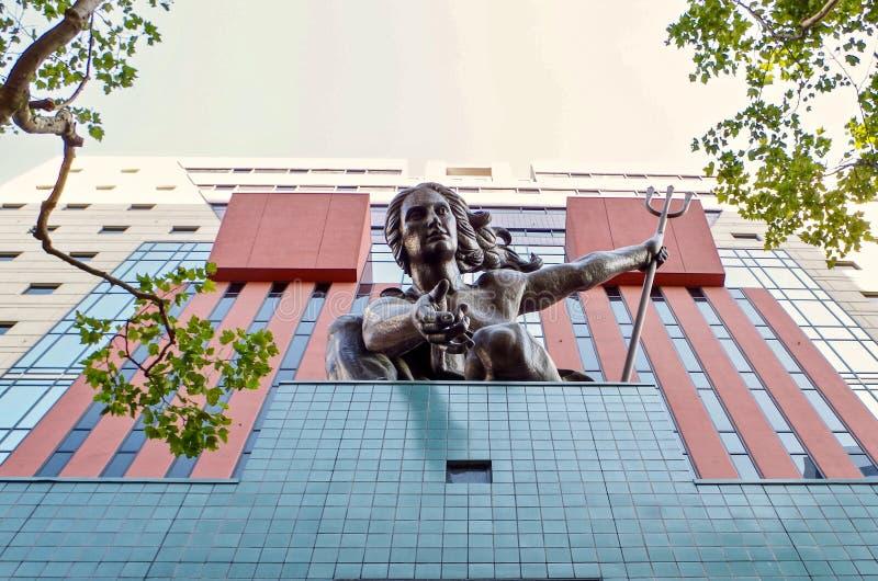 Estátua decorativa na construção do governo, Portland, Oregon foto de stock