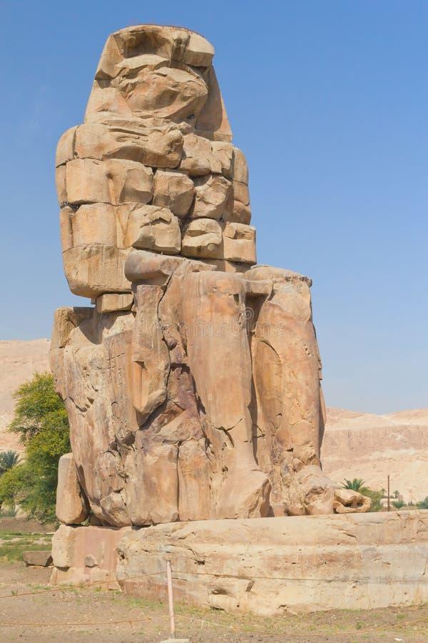 Estátua direita dos dois colossi de Memnon (Egipto) imagem de stock royalty free