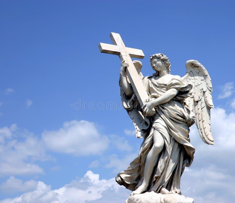 Estátua do anjo com cruz fotografia de stock