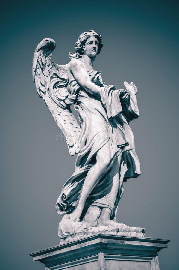 Estátua do anjo com o vestuário e os dados foto de stock