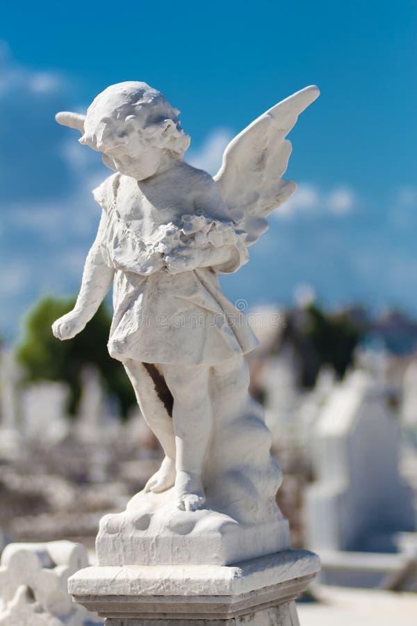 Estátua do anjo da criança fotografia de stock royalty free