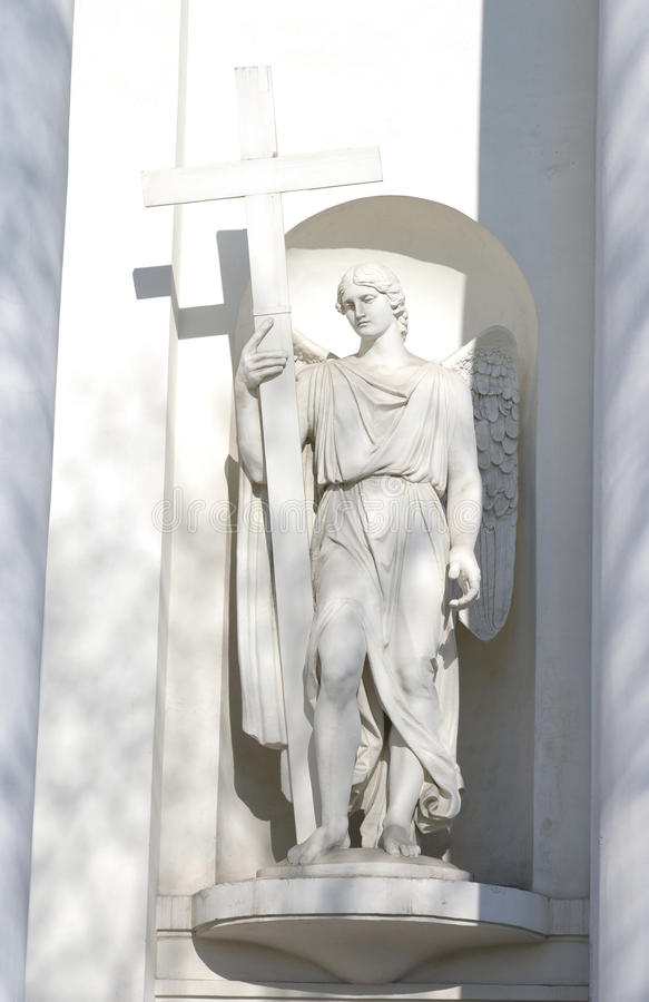 Estátua do anjo Fragmento da catedral da trindade-Izmailovsky imagens de stock