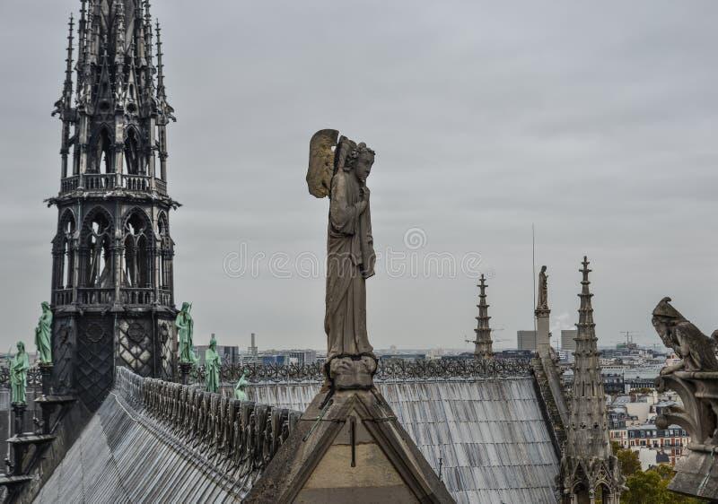 Estátua do anjo na parte superior de Notre Dame de Paris imagens de stock