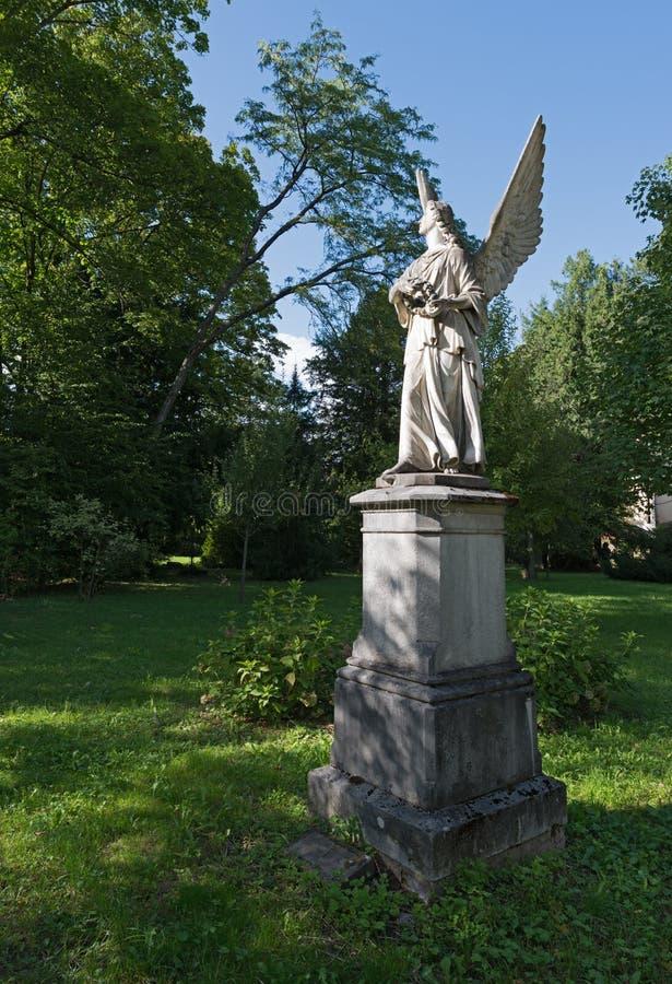 Estátua do anjo no cemitério velho foto de stock
