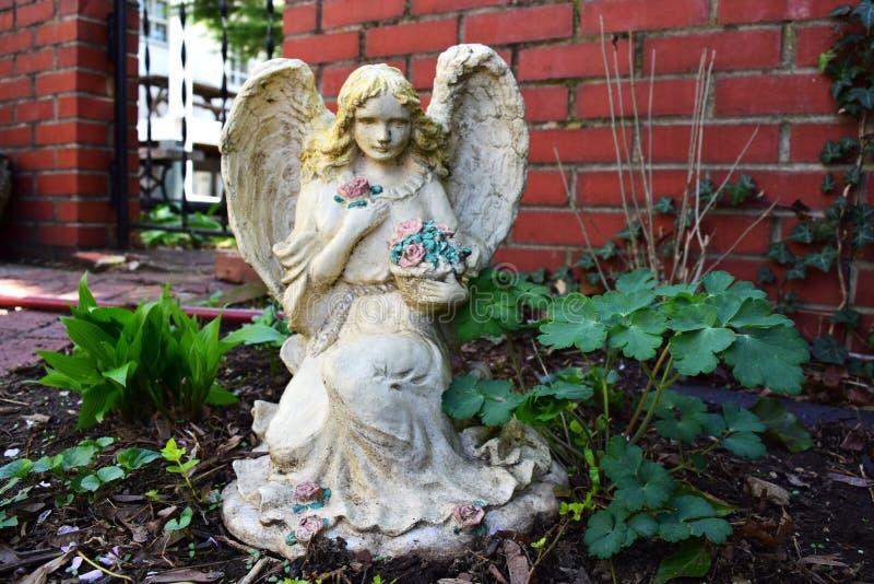 Estátua do anjo no jardim fotografia de stock royalty free