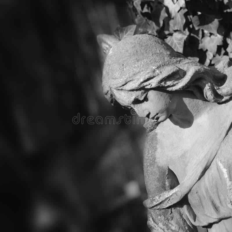 Estátua do anjo no túmulo, fragmento (morte, dor, pesar, depressi fotografia de stock royalty free