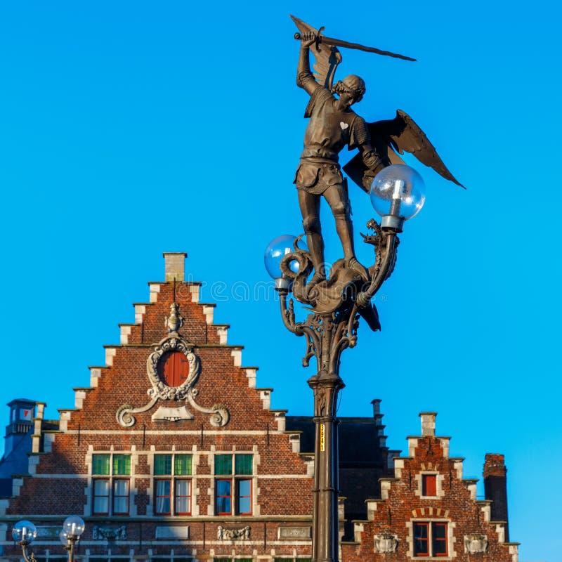 Estátua do arcanjo Michael em Ghent, Bélgica imagens de stock