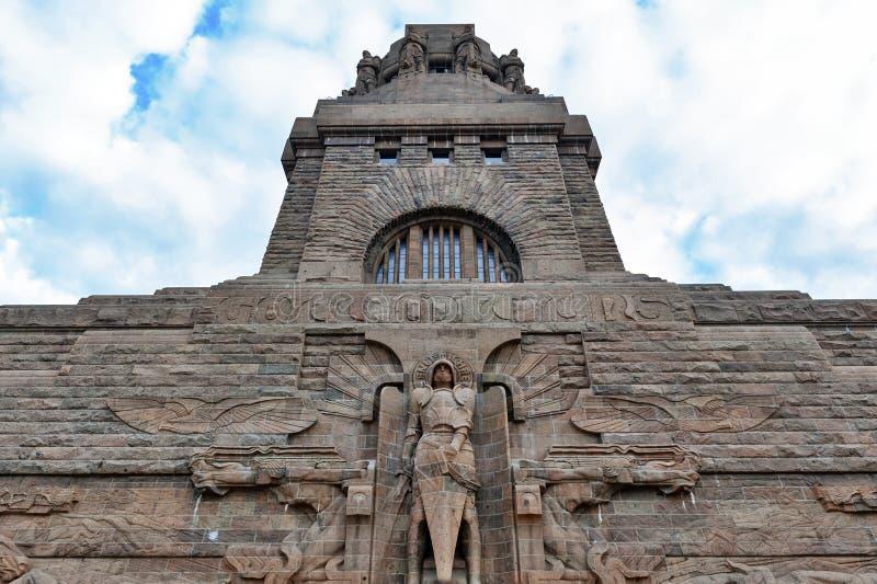 Estátua do arcanjo Michael na entrada ao monumento à batalha das nações na cidade de Leipzig, Alemanha fotografia de stock royalty free
