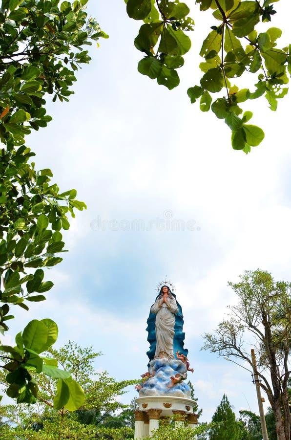 Estátua do assumpta de Mary da mãe no lugar da caverna Maria Kerep Ambarawa da peregrinação, Indonésia fotos de stock