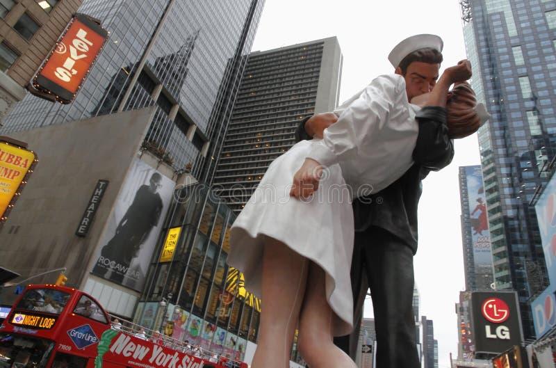 Estátua do beijo da vitória no Times Square imagens de stock