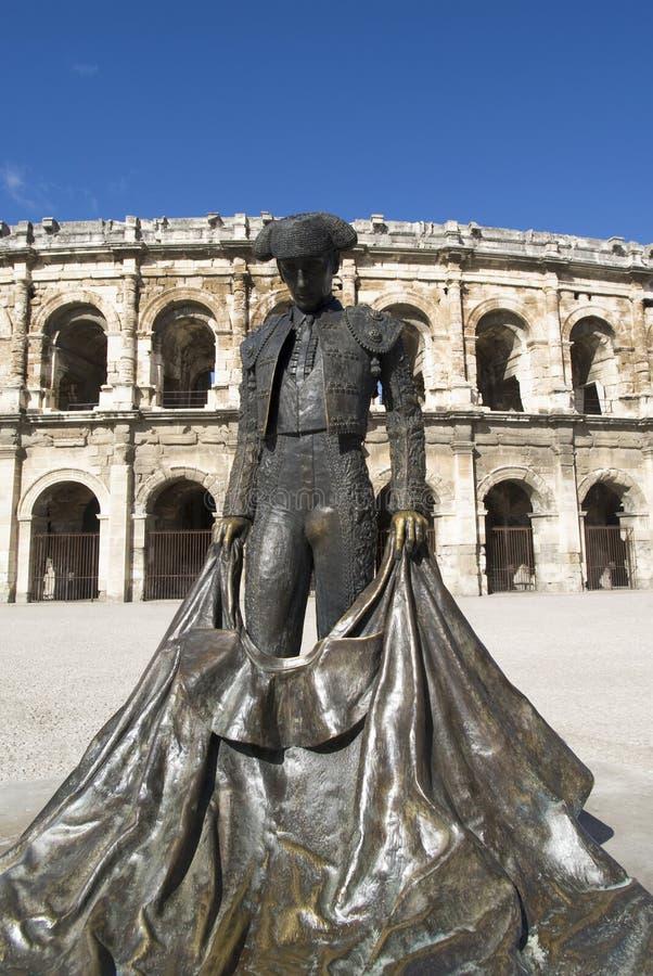 Estátua do bullfighter famoso na frente da arena em Nimes, France fotos de stock royalty free