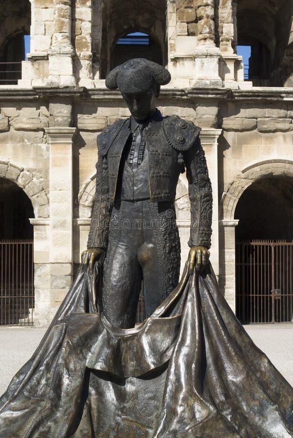 Estátua do bullfighter famoso na frente da arena em Nimes, France fotografia de stock royalty free