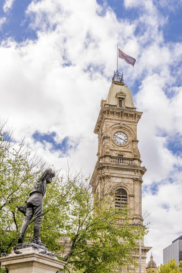 A estátua do capitão Charles Sturt Explorer e Victoria Tower de Adelaide contra um céu azul bonito, Austrália imagem de stock