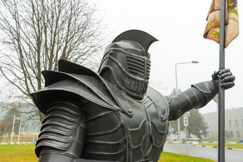 A estátua do cavaleiro A figura de um homem na armadura do metal imagem de stock