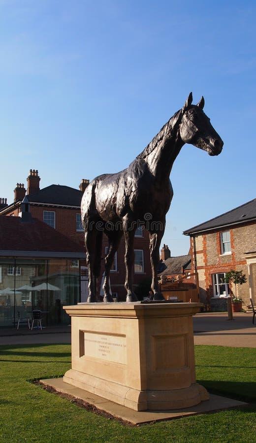 Estátua do cavalo fora do centro nacional para a corrida de cavalos e da arte ostentando em Newmarket, Inglaterra foto de stock