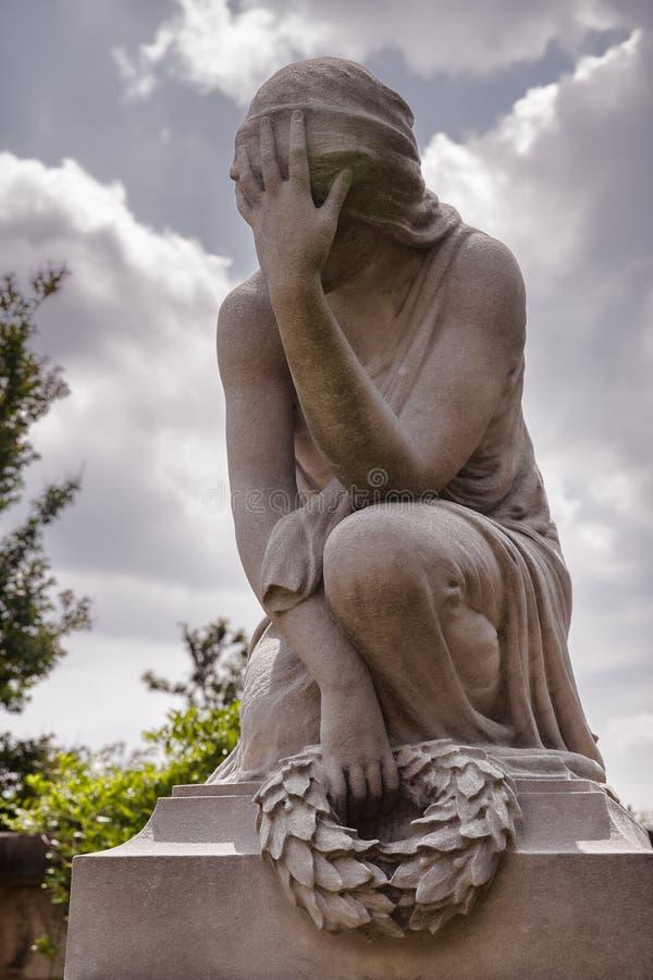 Estátua do cemitério de uma mulher que expressa o sofrimento imagens de stock