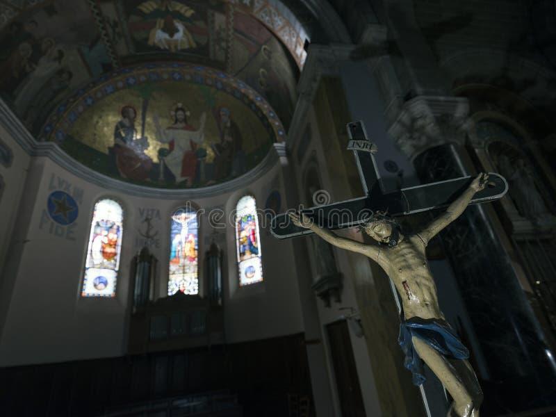 Estátua do chist de jesus na igreja Católica de Barcelonnette em Haute Provence foto de stock