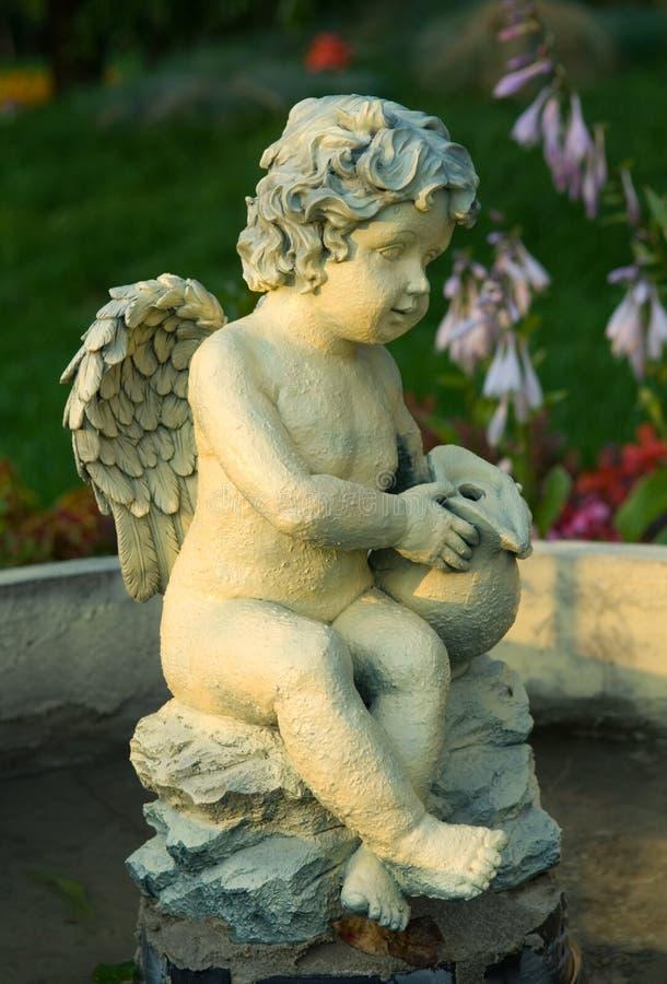 Estátua do cupid do menino fotos de stock royalty free