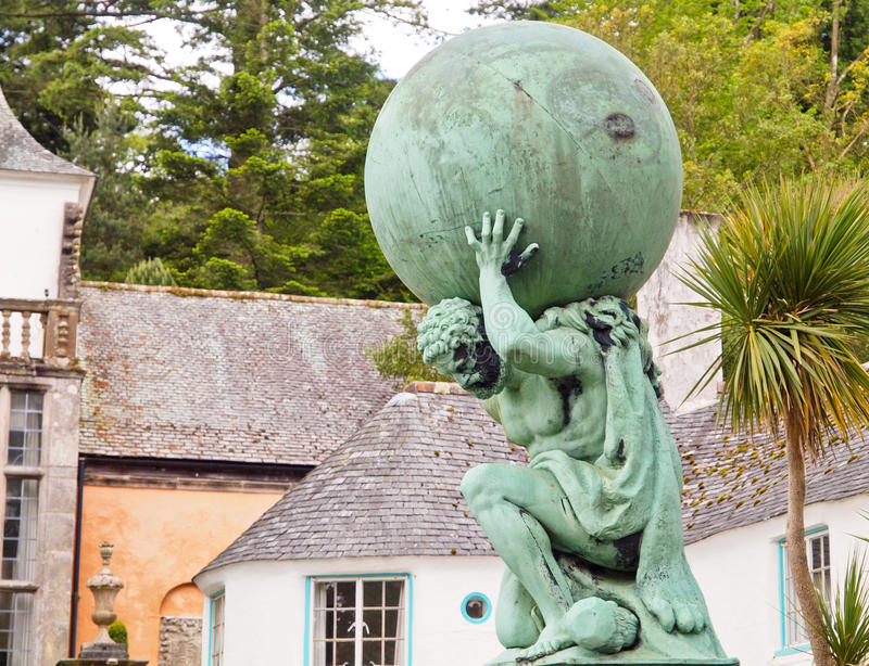 Estátua do deus de Hercules em Portmeirion fotos de stock