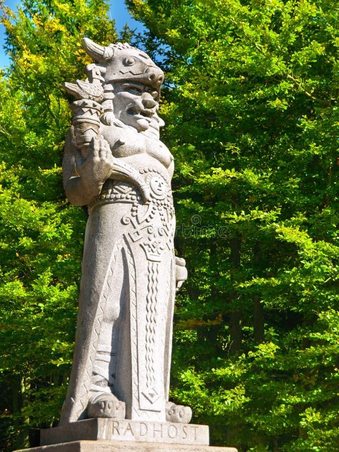 Estátua do deus Radegast na montanha de Radhost em Beskydy imagens de stock royalty free