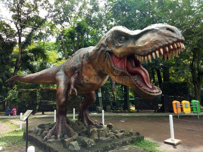 Estátua do dinossauro em Taman Lanjut Usia Bandung, Java ocidental, Indonésia fotos de stock