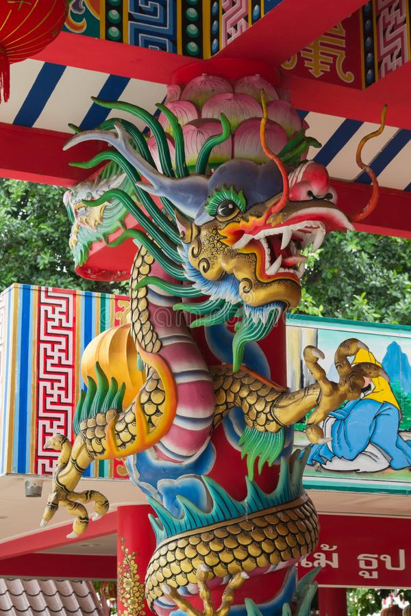 Estátua do dragão do estilo chinês no templo fotografia de stock