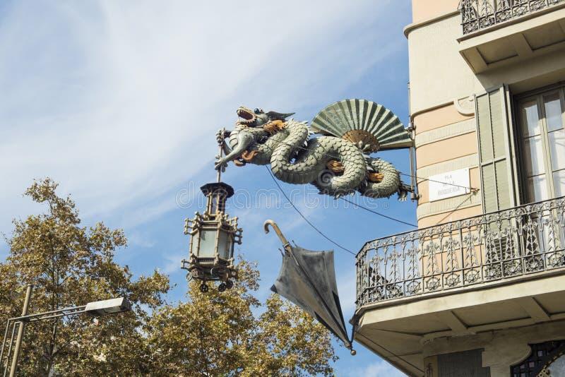 Estátua do dragão na casa do ` da casa Bruno Cuadros do ` dos guarda-chuvas situado no Las Ramblas em Barcelona, Catalonia, Espan imagens de stock