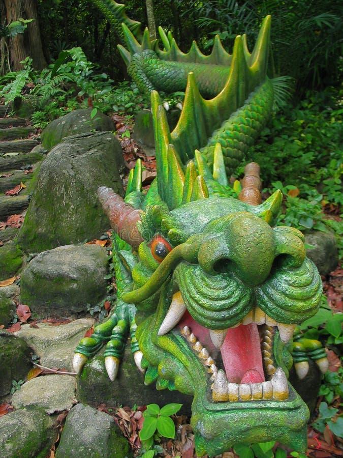 Estátua do dragão verde imagem de stock royalty free