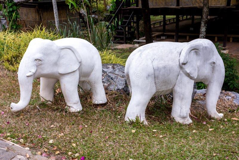 Estátua do elefante dois branco no jardim real Chiangmai da flora, Th fotos de stock royalty free