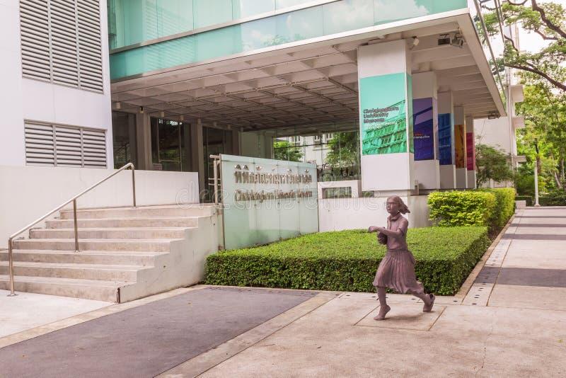 Estátua do estudante ou o erudito ou o collegian na faculdade da arte, universidade de Chulalongkorn, Tailândia fotografia de stock royalty free