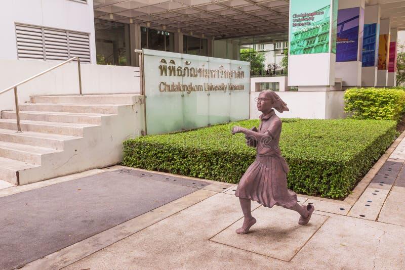 Estátua do estudante ou o erudito ou o collegian na faculdade da arte, universidade de Chulalongkorn, Tailândia imagem de stock