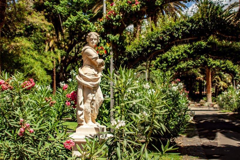 Estátua do florista no parque da cidade fotos de stock royalty free