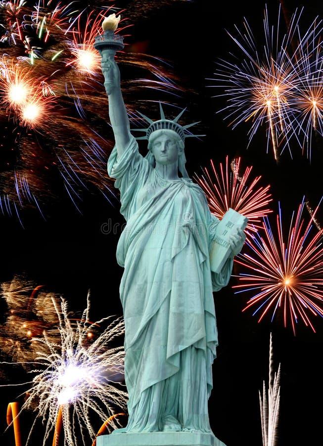 A estátua do fogo-de-artifício da liberdade e julho do ô imagens de stock