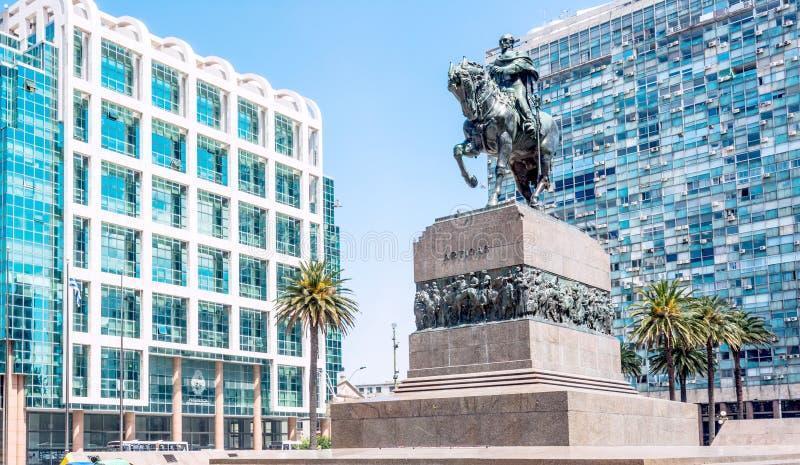 Estátua do general Artigas na plaza Independencia, Montevideo, Ur imagens de stock
