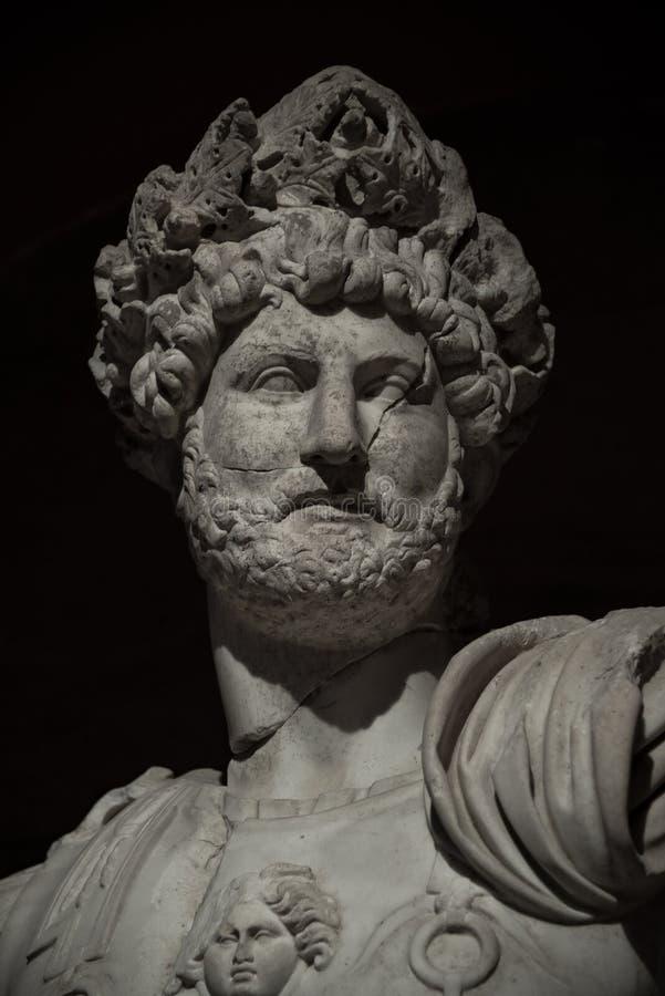 Estátua do guerreiro romano poderoso, close up, isolado no CCB preto imagens de stock