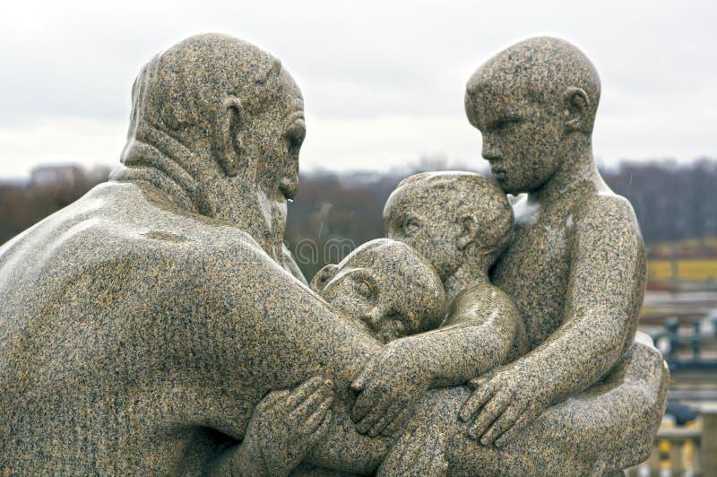 Estátua do homem e das crianças por Gustav Vigeland Oslo, Noruega fotografia de stock