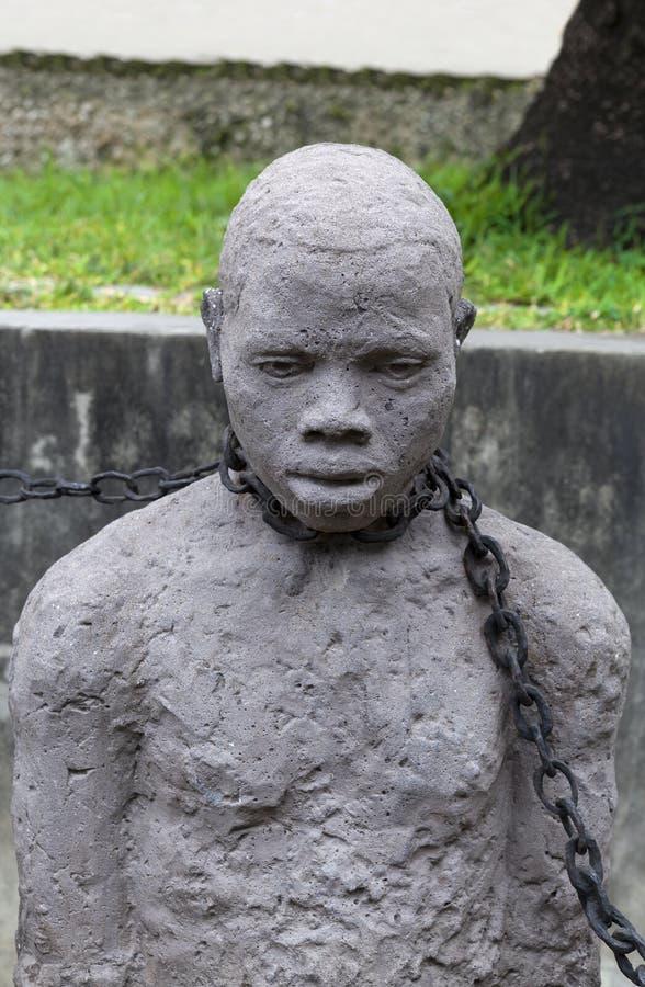 Estátua do homem do escravo em Zanzibar imagens de stock