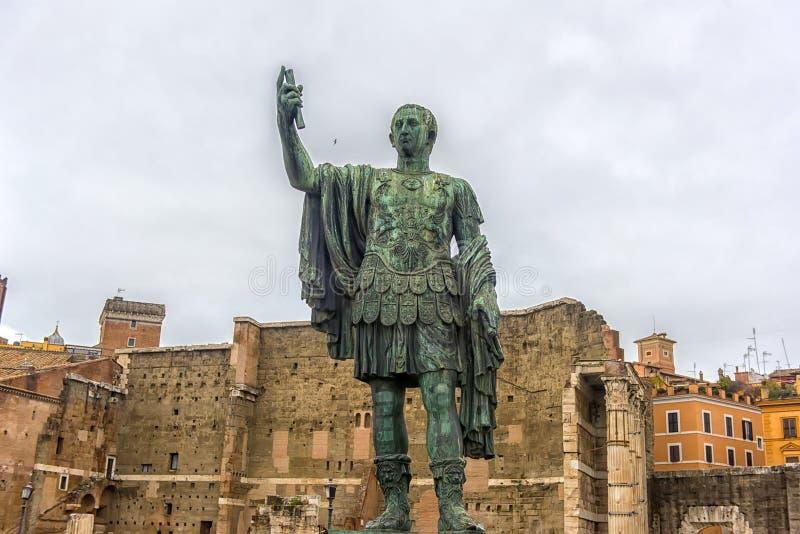Estátua do imperador Caesar Augustus Nerva, situada perto do Colosseum Indicadores velhos bonitos em Roma (Italy) fotografia de stock