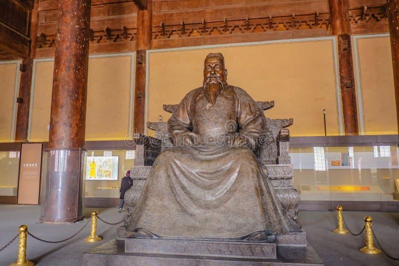 Estátua do imperador de Yongle em Ling En Hall do túmulo de Changling em Ming Dynasty Tombs, Pequim China de Shishanling imagens de stock royalty free