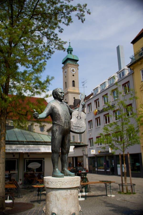 Estátua do jackel do roider no viktualienmarkt em munich Alemanha É um mercado diário do alimento e um quadrado no centro imagens de stock