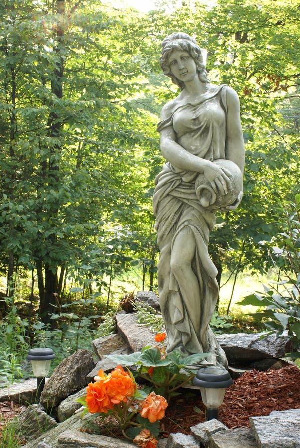 Estátua do jardim fotografia de stock royalty free