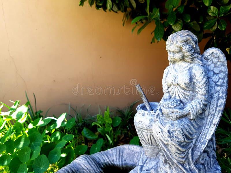 Estátua do jardim do anjo foto de stock royalty free