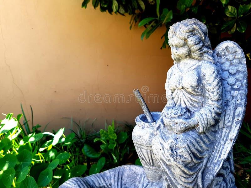 Estátua do jardim do anjo imagens de stock royalty free