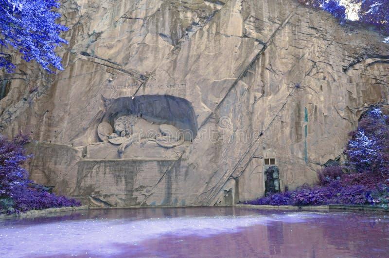 A estátua do leão com fada gosta do contexto imagens de stock