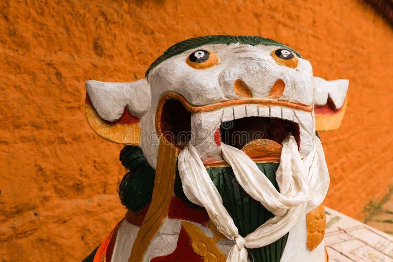 Estátua do leão como um protetor na frente da porta imagem de stock royalty free
