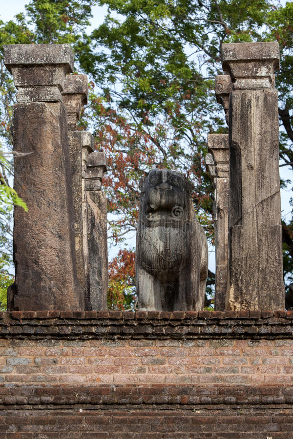 A estátua do leão dentro da câmara de conselho do rei Nissankamamalla em Polonnaruwa em Sri Lanka imagens de stock royalty free